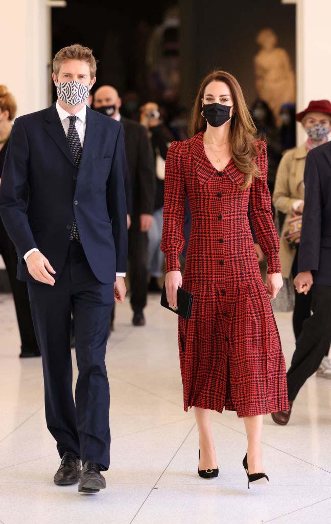 El nuevo vestido rojo de pata de gallo con el que Kate Middleton enamoró al público