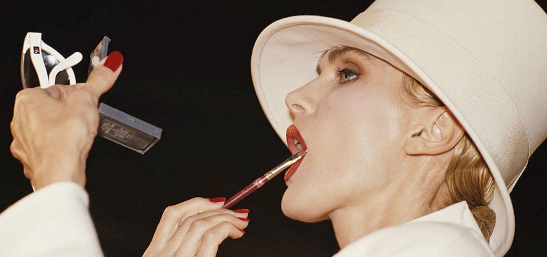 maquillaje y cosméticos mujer belleza labial rojo