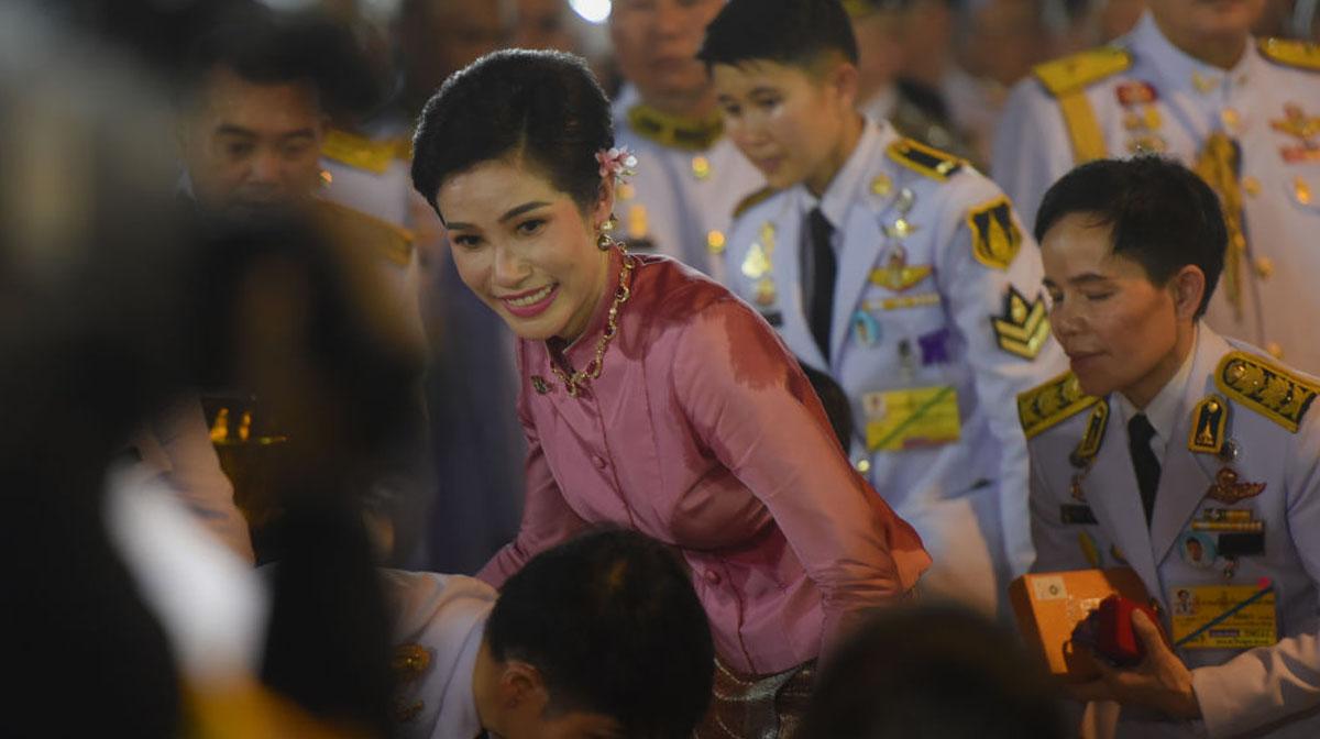 Los supuestos planes del rey de Tailandia son hacer reina a su concubina Sineenat (a quien encarceló y luego liberó), lo cual la haría la segunda reina del país.