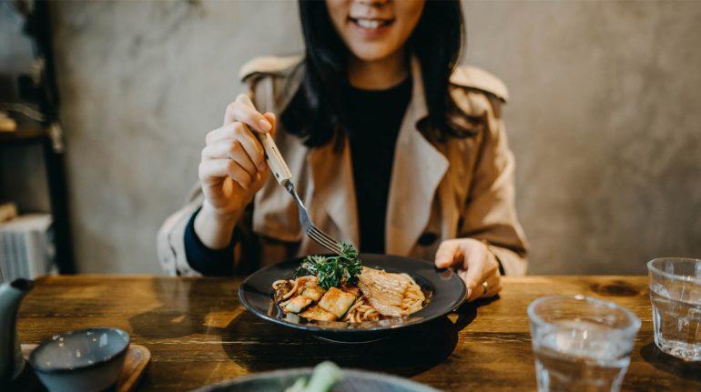 salud salir a comer con amigos dieta