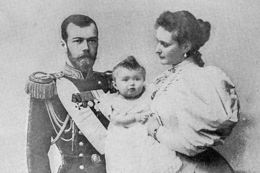 Nicolás II y Alejandra Románov con su primogénita Olga
