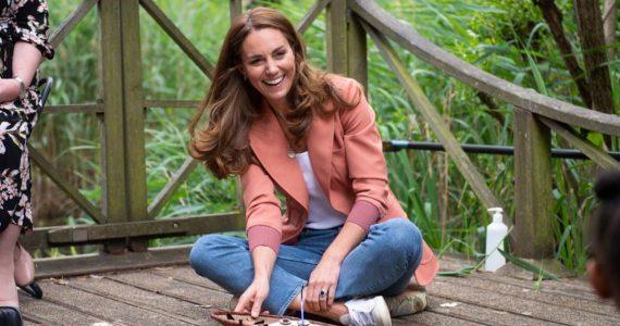 Kate Middleton descansa de los 'skinny jeans' para llevar un modelo que toda mamá fashion necesita