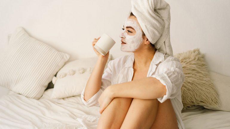 Rejuvenece la piel con estas 3 mascarillas nocturnas a base de ingredientes naturales