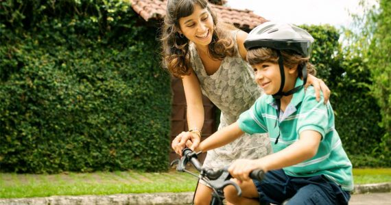 Andar en bicicleta ayuda al desarrollo de los niños y los hace más felices