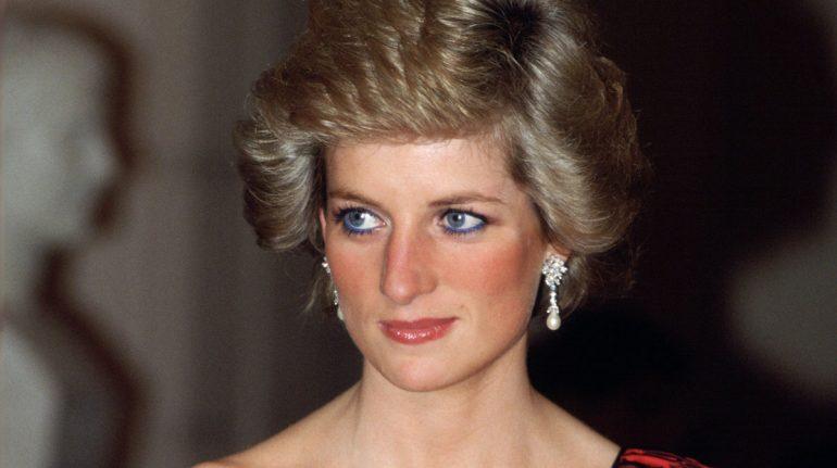 Looks inolvidables de gala y coctel de la princesa Diana