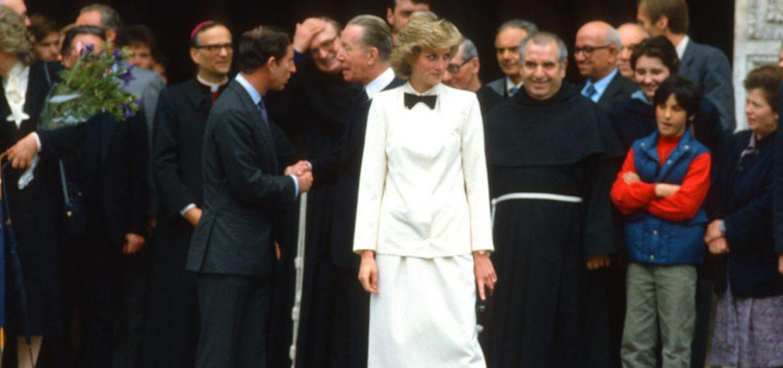 Las mujeres también pueden llevar y traje y corbata, y alguien que representó esta dupla sumamente bien fue la princesa Diana.