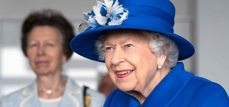 Con un brillante traje azul, la reina Isabel II paseó por Escocia con su hija, la princesa Ana, compartiendo tiempo de calidad y profesión.