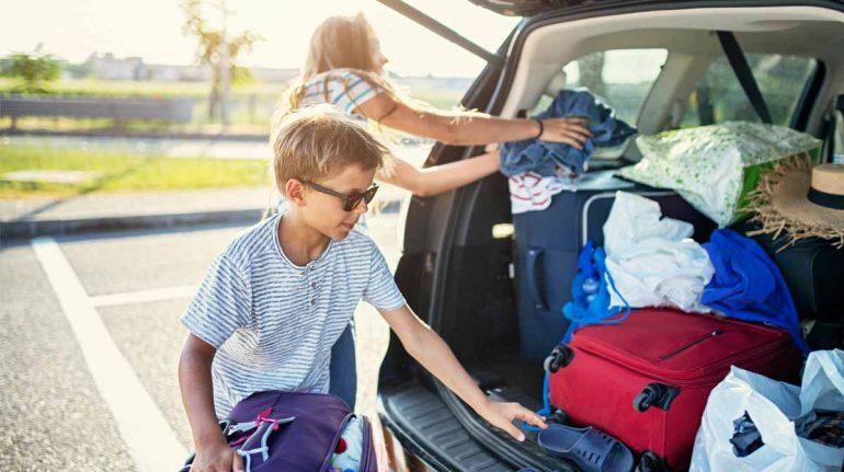 empacar maleta de niños