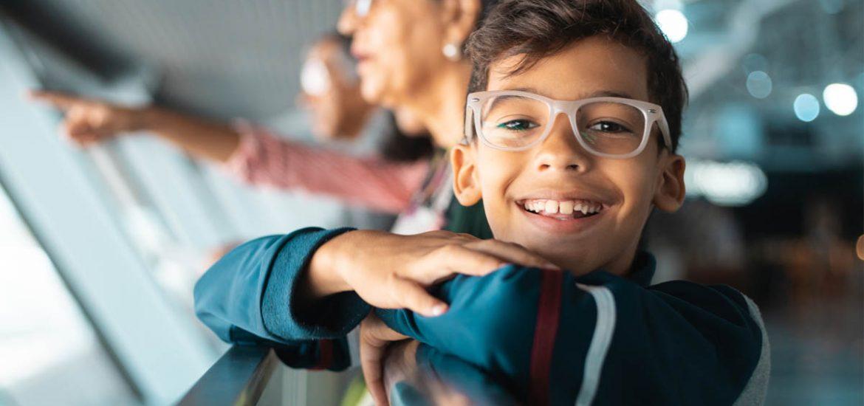 niños usando lentes