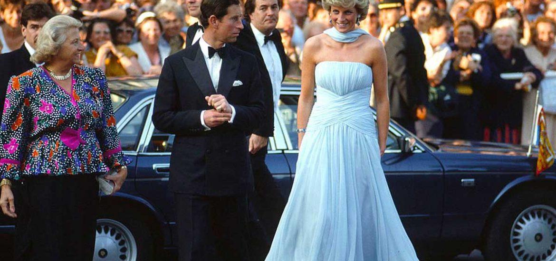 ¡Inicia el Festival de Cannes 2021! Y para celebrarlo, recordamos cuando la princesa Diana asistió en un divino vestido azul celeste de chifón.
