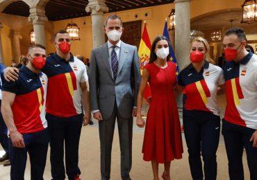 La reina Letizia viste de rojo para apoyar al equipo español que parte a las Olimpiadas