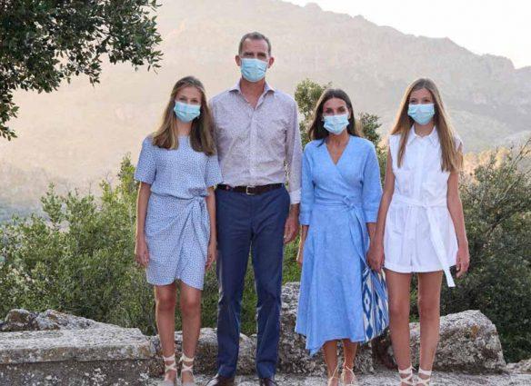 Vacaciones en Palma de Mallorca: Letizia en vestido cruzado y sus hijas con alpargatas de plataforma